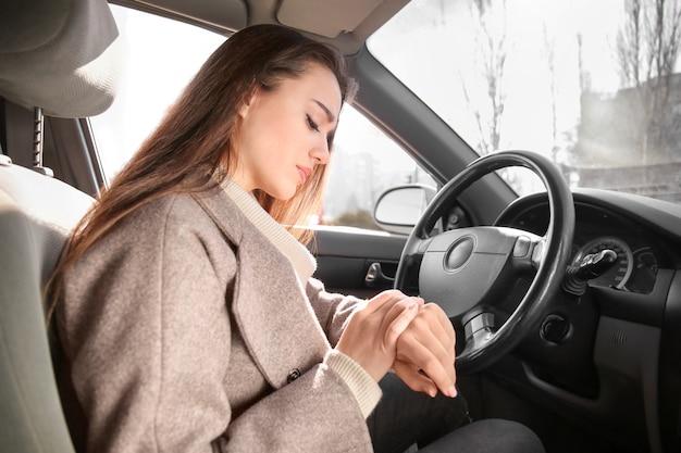 Jonge vrouw in auto tijdens opstopping