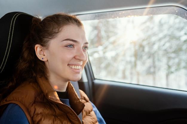 Jonge vrouw in auto