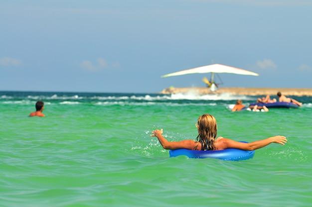 Jonge vrouw in bikini met een zwemmende cirkel