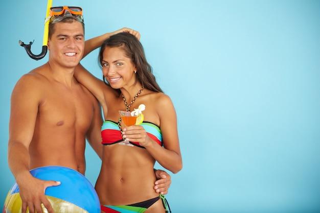 Jonge vrouw in bikini met haar vriendje