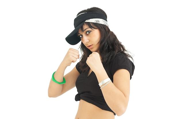 Jonge vrouw in bokswachtpositie en zelfverzekerde houding