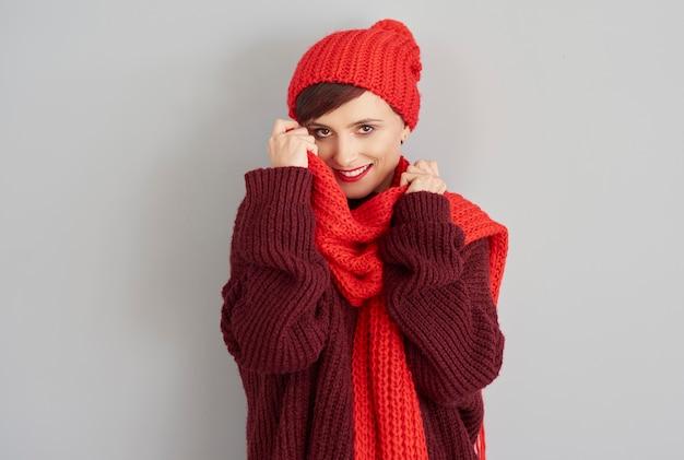 Jonge vrouw in comfortabele winterkleren