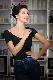 Jonge vrouw in cosmetica winkel