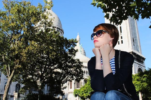 Jonge vrouw in de buurt van basiliek van het heilig hart van parijs, frankrijk.