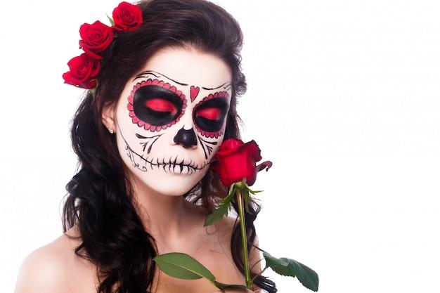 Jonge vrouw in de dag van de dode masker schedel gezicht kunst en roos