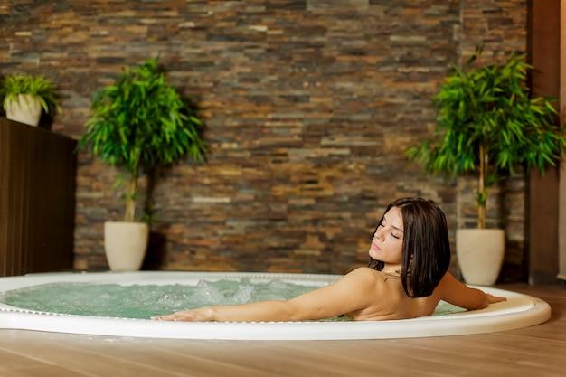 Jonge vrouw in de hot tub