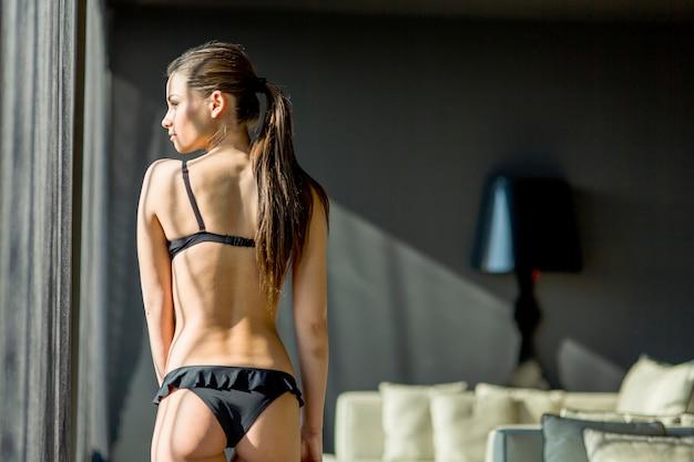 Jonge vrouw in de kamer