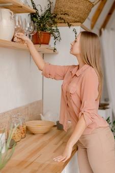 Jonge vrouw in de keuken