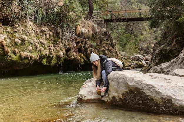 Jonge vrouw in de natuur aan de rivier