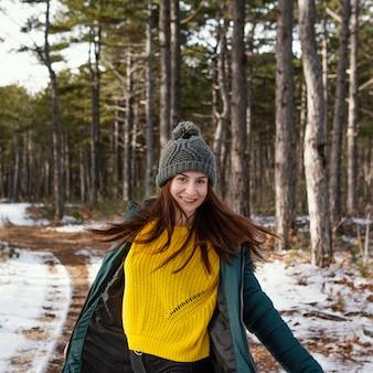 Jonge vrouw in de natuur
