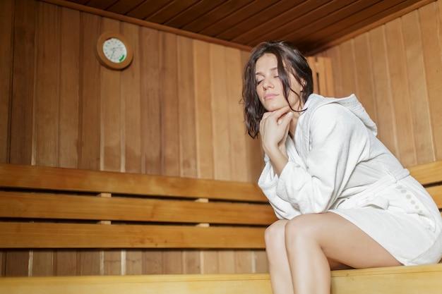 Jonge vrouw in de sauna