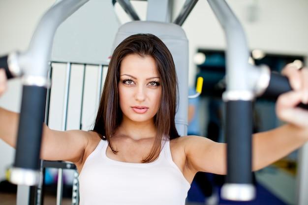 Jonge vrouw in de sportschool