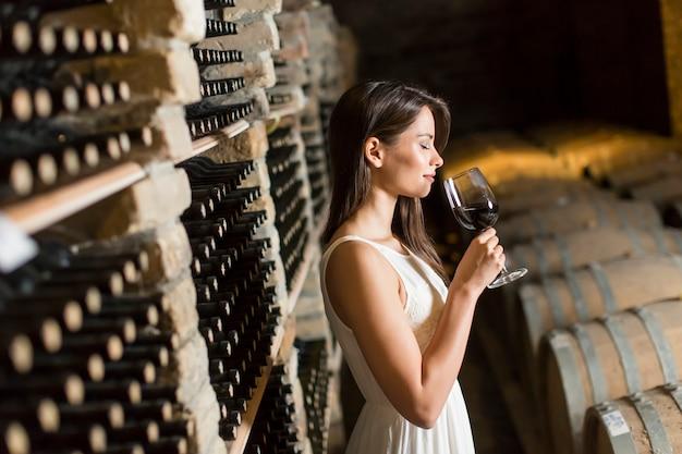 Jonge vrouw in de wijnkelder