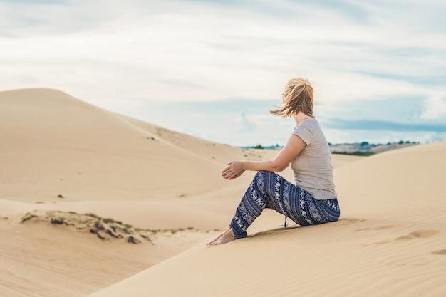 Jonge vrouw in de woestijn, mui ne, vietnam