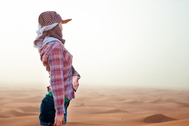 Jonge vrouw in de woestijn