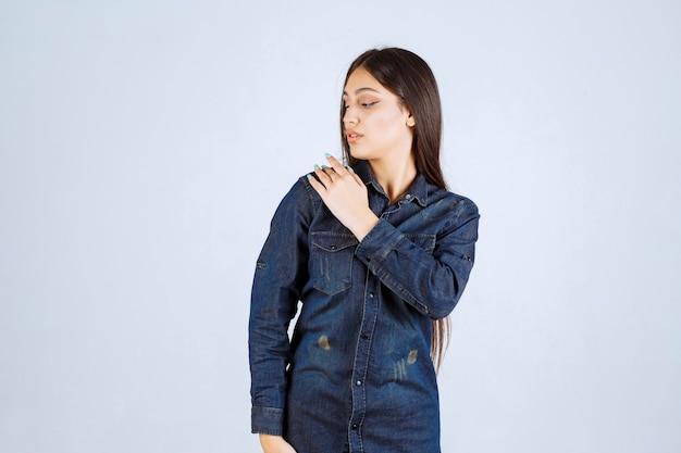 Jonge vrouw in denim overhemd neutrale poses geven zonder reacties