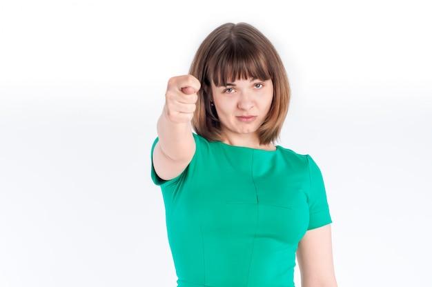 Jonge vrouw in een groene jurk met vuist