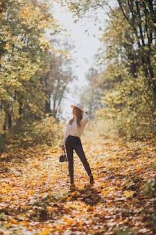 Jonge vrouw in een herfstpark
