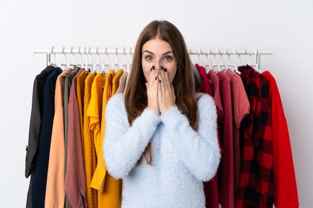 Jonge vrouw in een kledingwinkel