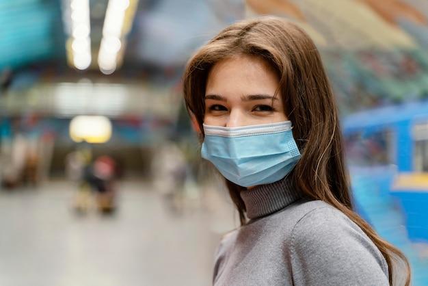 Jonge vrouw in een metrostation