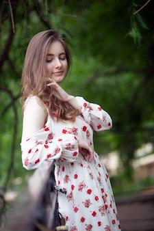 Jonge vrouw in een modieuze korte jurk in een stadspark