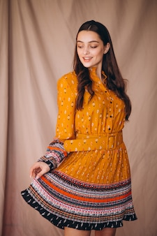 Jonge vrouw in een mooie gele jurk