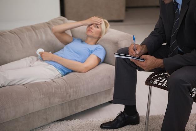 Jonge vrouw in een ontmoeting met een psycholoog