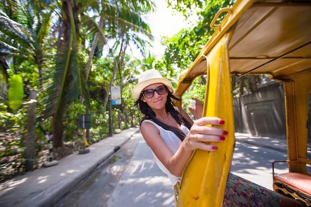 Jonge vrouw in een open cabine in aziatisch land