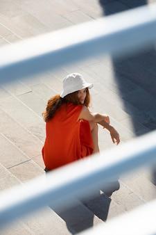 Jonge vrouw in een schone stedelijke omgeving