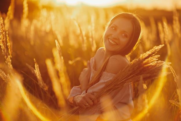 Jonge vrouw in een tarweveld