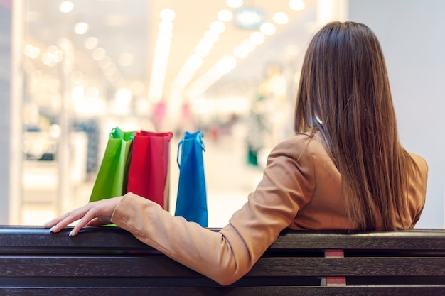Jonge vrouw in een winkelpauze
