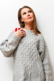 Jonge vrouw in een witte gebreide trui
