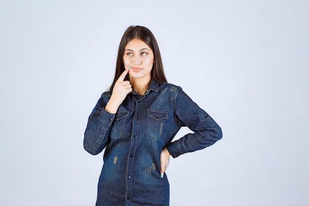 Jonge vrouw in en denimoverhemd denken planning