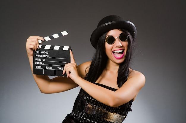 Jonge vrouw in filmconcept