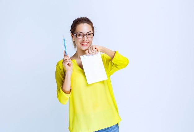 Jonge vrouw in geel shirt met de quizresultaten en de fouten erop