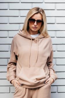 Jonge vrouw in glazen en hoodie