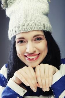 Jonge vrouw in grappige winter hoed