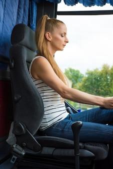 Jonge vrouw in haar functie als buschauffeur