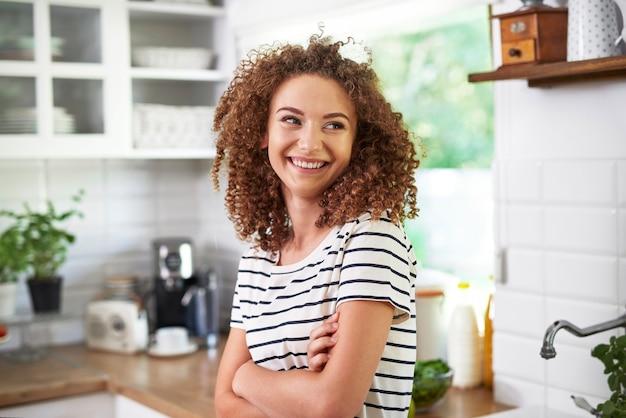 Jonge vrouw in haar keuken
