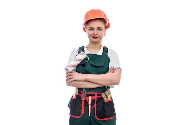 Jonge vrouw in helm met roller geïsoleerd op wit
