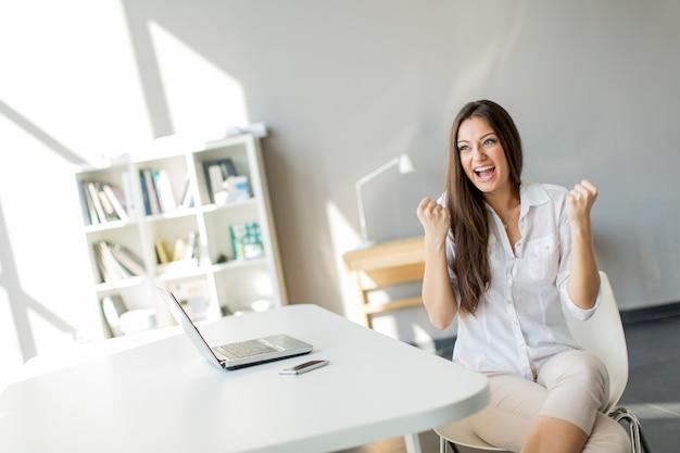 Jonge vrouw in het kantoor