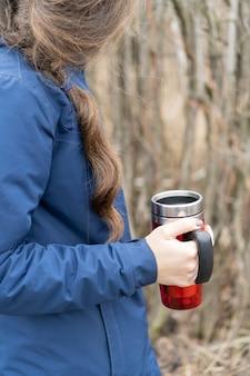 Jonge vrouw in het klassieke blauwe jasje met mooi gevlochten haar.