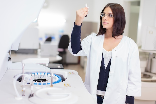 Jonge vrouw in het medische laboratorium