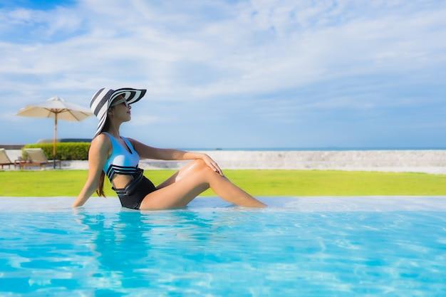 Jonge vrouw in het zwembad