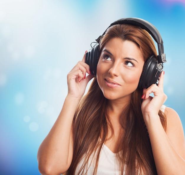 Jonge vrouw in hoofdtelefoons