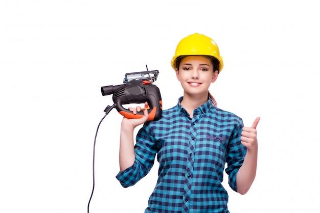 Jonge vrouw in industrieel concept dat op wit wordt geïsoleerd