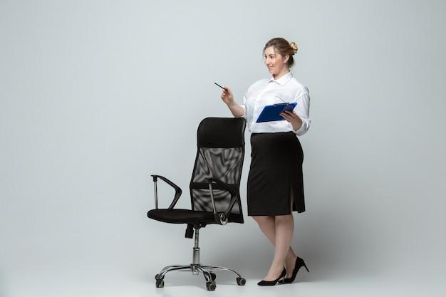 Jonge vrouw in kantoorkleding lichaam positief vrouwelijk karakter feminisme schoonheidsconcept