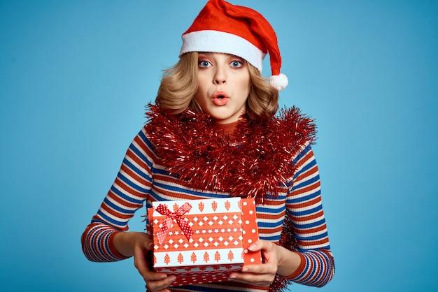 Jonge vrouw in kerstmuts