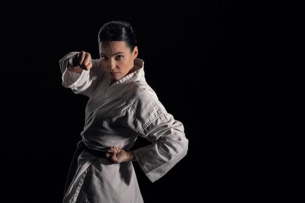 Jonge vrouw in kimono camera kijken