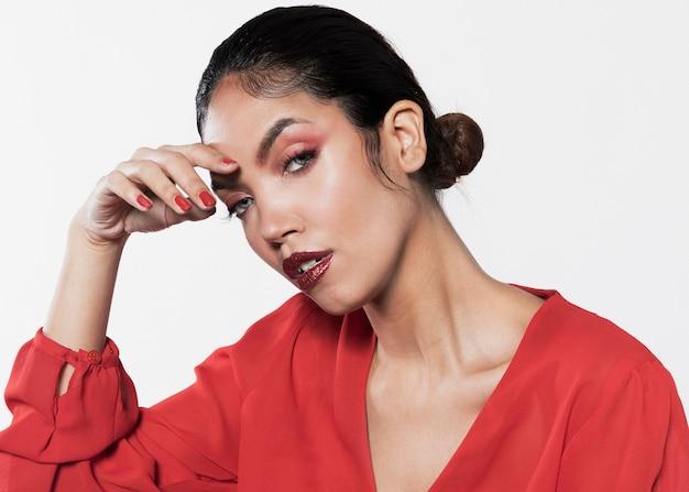 Jonge vrouw in levendige kleding met make-up